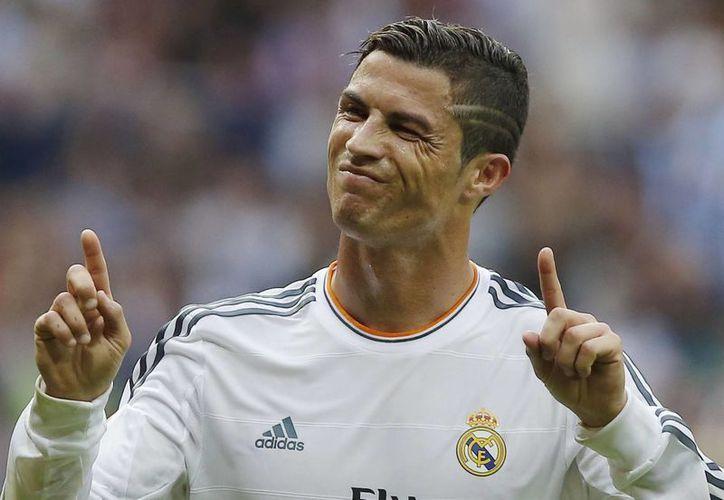 Al abandonar la cancha tras su expulsión, Cristiano Ronaldo se habría tocado la mejilla como para insinuar que el árbitro era un descarado. (Agencias)