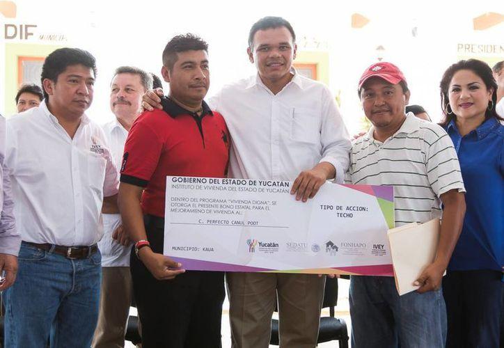 Entre sus actividades del domingo, el gobernador de Yucatán, Rolando Zapata Bello, entregó apoyos del programa Peso a Peso en el oriente del estado. (SIPSE)