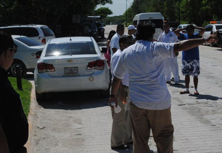 Taxistas bloquearon la salida y entrada de dicho centro de hospedaje. (Redacción/SIPSE)