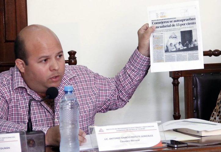 El consejero Ignacio Matute intenta aclarar las anomalías del Ipepac. (Juan Albornoz/SIPSE)