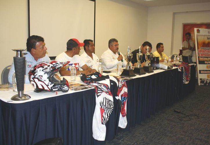 Rueda de prensa de organizadores del motocross y autoridades. (Alida Martínez/SIPSE)