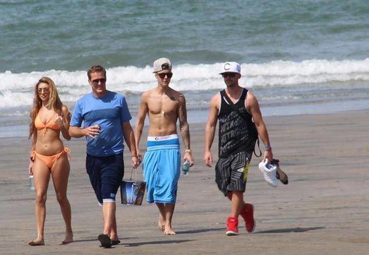 Justin Bieber durante sus vacaciones en una playa de Panamá. (topbreakingnews.info)