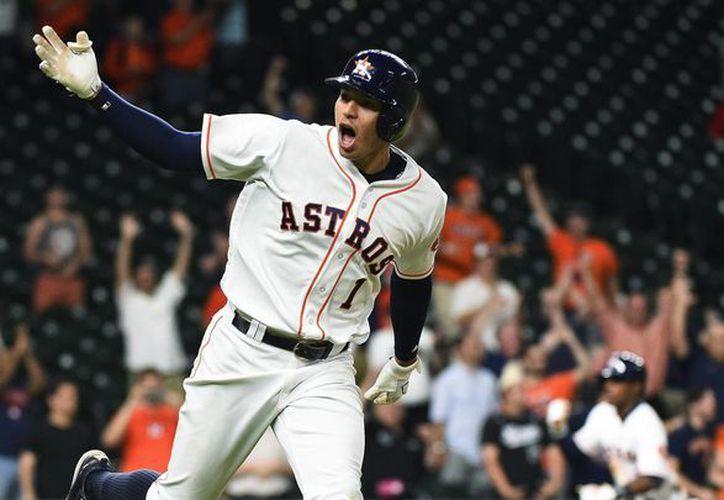 Carlos Correa fue clave en la victoria de los Astros de Houston ante Atléticos de Oakland, este sábado en Grandes Ligas. (AP)