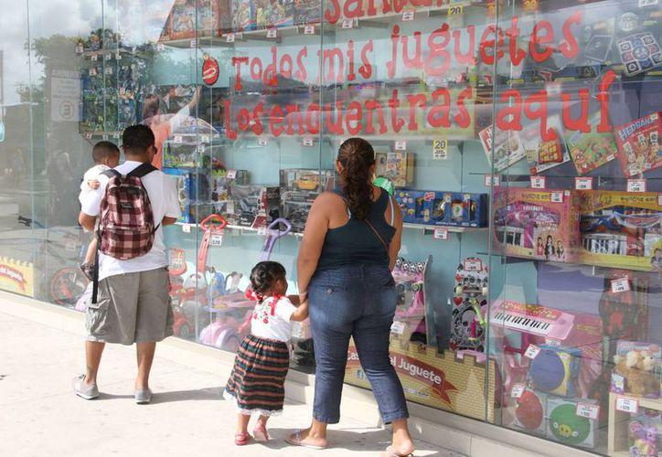 Los padres de familia recurren al sistema de apartado de los centros comerciales, para reservar los juguetes de la lista. (Tomás Álvarez/SIPSE)