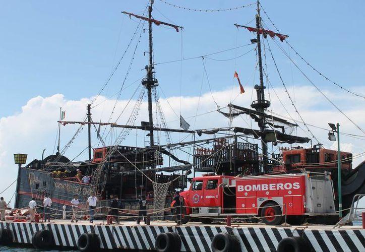 La llamada llegó a la central del 066 y decía que el barco 'Capitán Hook' se estaba quemando. (Redacción/SIPSE)