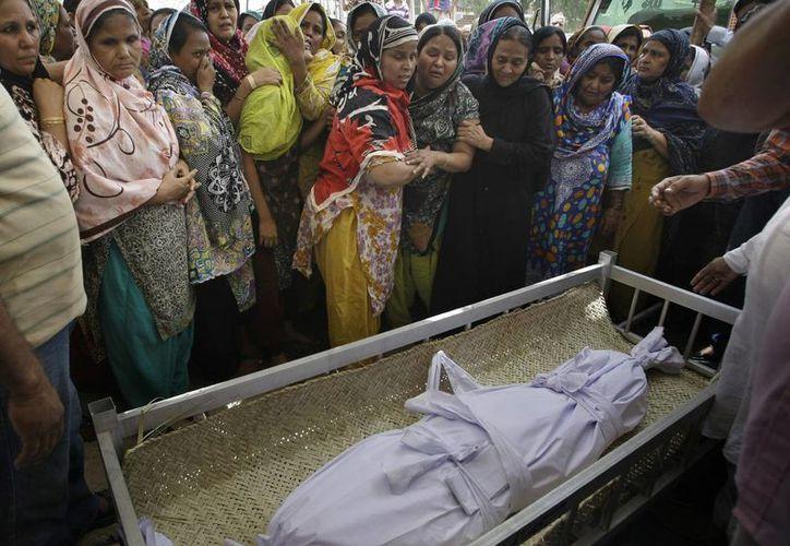 Funeral de un niño en Pakistán, quien fue víctima de una bomba el sábado pasado. (Archivo/Agencias)