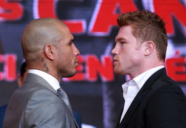 Miguel Cotto (i) y Saúl Álvarez (d) se presentaron en Ciudad de México para promocionar el combate que mantendrán el próximo 21 de noviembre, en Las Vegas, Nevada. (Notimex)