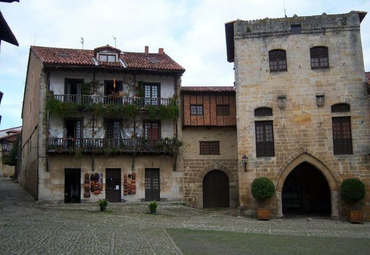 Varios pueblos españoles se encuentran en venta para evitar que desaparezcan del mapa. En la imagen el pueblo de Santillana del Mar, considerado uno de los pueblos más bonitos de la región de Cantabria. (sientecantabria.com)