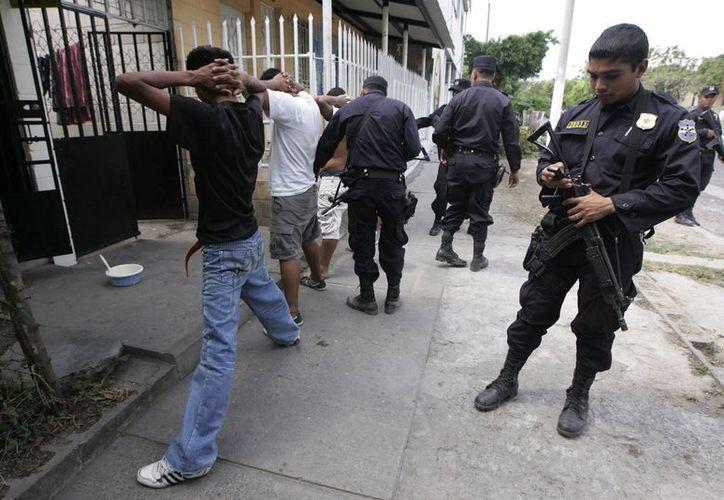Las autoridades detuvieron también a un oficial policiaco infiltrado al narcotráfico. (Imagen de contexto/Reuters)