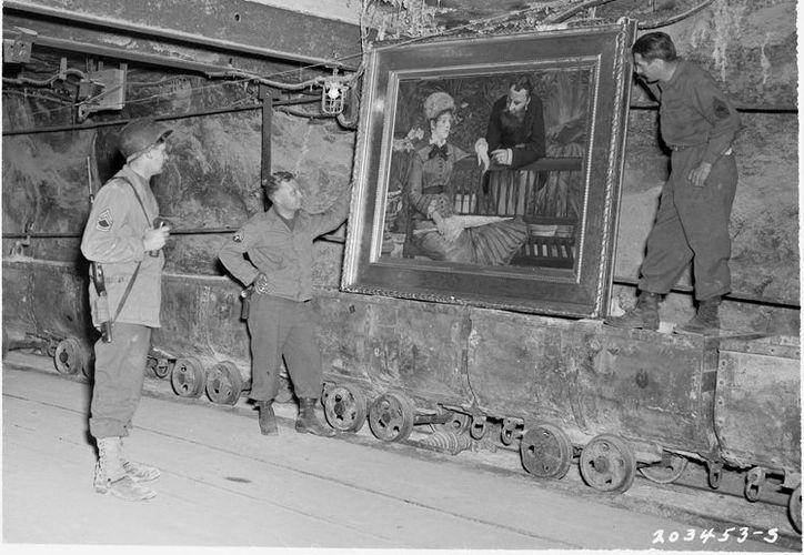 Soldados junto a un cuadro del pintor impresionista francés Edouard Manet, en las minas de Merkers, Alemania, a finales de abril de 1945. Fotografía facilitada por la National Archives and Records Administration de EU. (EFE)