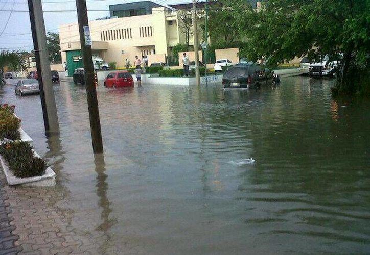 Las inundaciones provocaron que algunos automóviles quedaran varados. (@el_Javooch/Twitter)