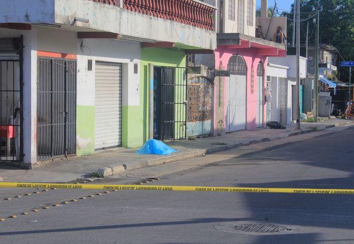 El cuerpo tenía una lesión en la cabeza. Se desconoce cómo llegó a la calle 60. (Redacción/SIPSE)