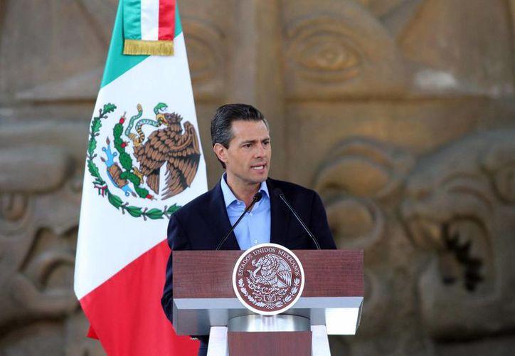 Peña Nieto lamentó la muerte de Mandela y dijo que la humanidad perdió un luchador incansable. (Archivo/Notimex)