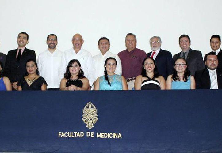 Imagen de los profesionales egresados del Posgrado Institucional en Ciencias de la Salud durante la entrega de constancias. (Milenio Novedades)