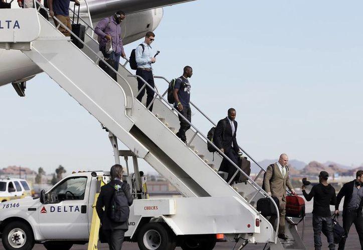 Los Seahawks fueron despedidos por miles de aficionados en Seattle antes de partir a Arizona. (Foto: AP)