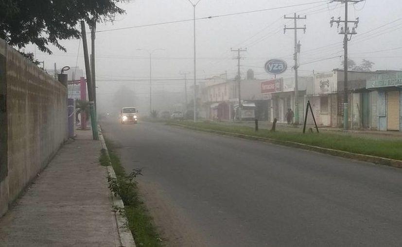 Por tres horas, la visibilidad en Chetumal se vio afectada por la densa niebla que se registró desde las 5 de la mañana. (Harold Alcocer/SIPSE)