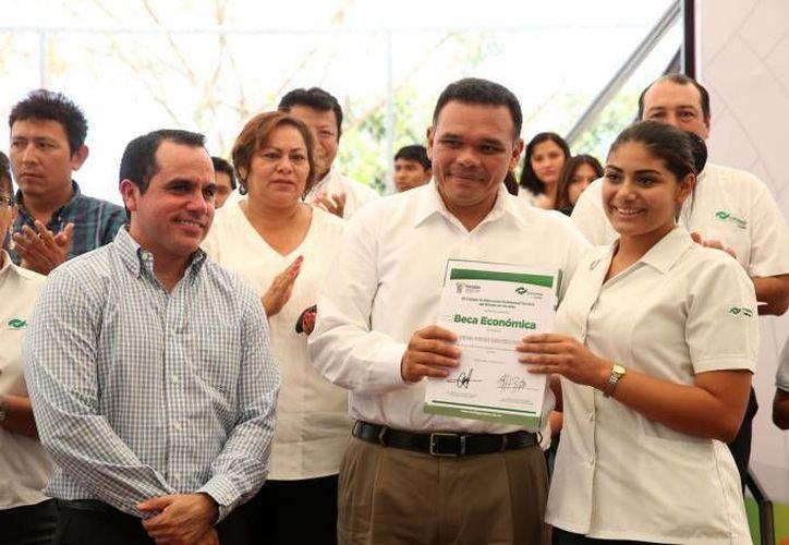 Estudiantes del Conalep podrán hacer sus prácticas profesionales en hoteles de la Riviera Maya, gracias a la firma de un acuerdo. En la foto, de archivo, el gobernador Rolando Zapata durante la entrega de becas. (SIPSE)