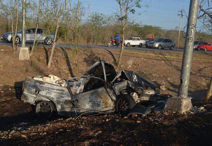 Tras chocar, esta camioneta se incendió. Su guiador se salvó de milagro porque otro conductor logró sacarlo de la unidad cuando ésta ya empezaba a sacar llamas. (Carlos Navarrete/Milenio Novedades)