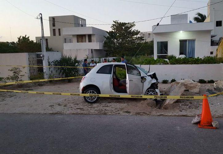 La intensidad del golpe terminó por arrebatarle la vida al conductor de la unidad, quien quedó recostado sobre el asiento. (SIPSE)