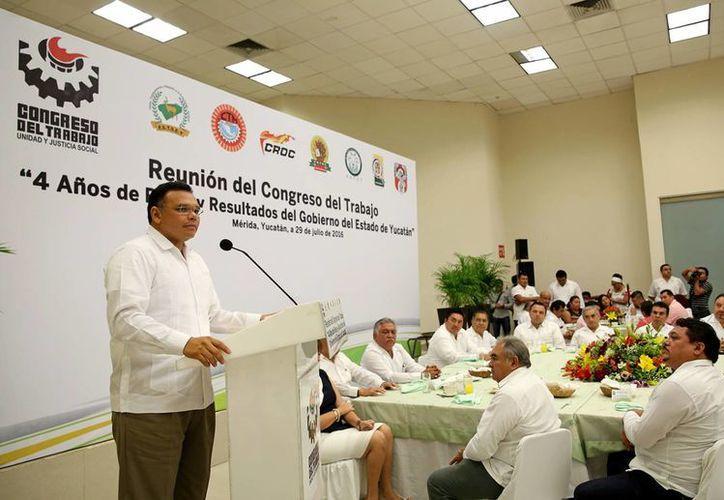 De enero a junio del 2016, se han generado más de nueve mil 200 empleos formales en Yucatán ante el IMSS. En la foto, el Gobernador con líderes sindicales. (Foto cortesía del Gobierno estatal)