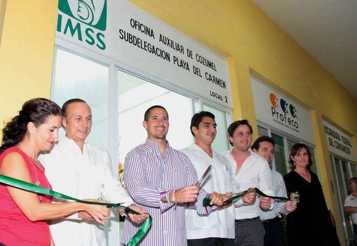 Jorge Río encabezó junto a empresarios y autoridades del Ayuntamiento la inauguración de las oficinas administrativas del IMSS en Plaza del Sol. (Gustavo Villegas/SIPSE)