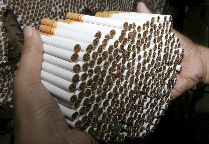 De acuerdo con la OMS, el tabaquismo mata al año unos seis millones de fumadores, y existen otras 600 mil muertes de no fumadores que estuvieron expuestos al humo del tabaco. (EFE/Archivo)