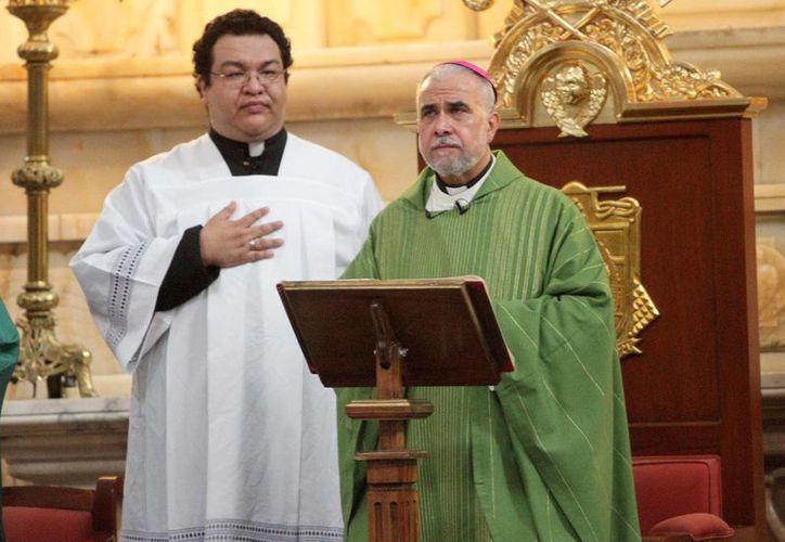El obispo auxiliar Jorge Estrada en su primera misa en la Catedral Metropolitana. (Notimex)