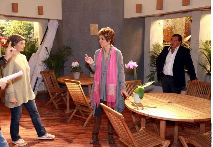 Eugenia Cauduro y Daniela Romo durante una escena del melodrama. (Reforma)