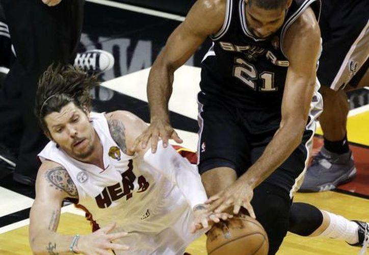 La lucha de los Spurs resultó en vano. (Agencias)