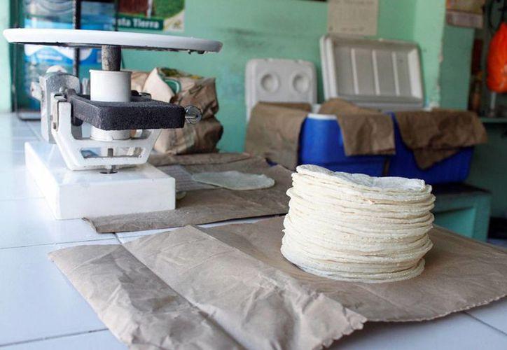 Las tortillas, incluso tostadas, no pagarán el 8.0% de impuesto que contempla la reforma hacendaria aprobada en 2013. (Archivo/SIPSE)