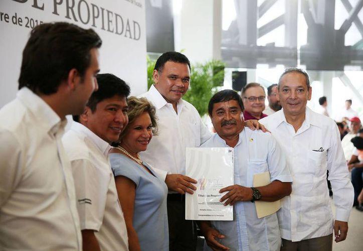 El gobernador Rolando Zapata presidió la entrega de 188 escrituras (títulos de propiedad) a familias de Mérida y otros 9 municipios. (Foto cortesía del Gobierno de Yucatán)