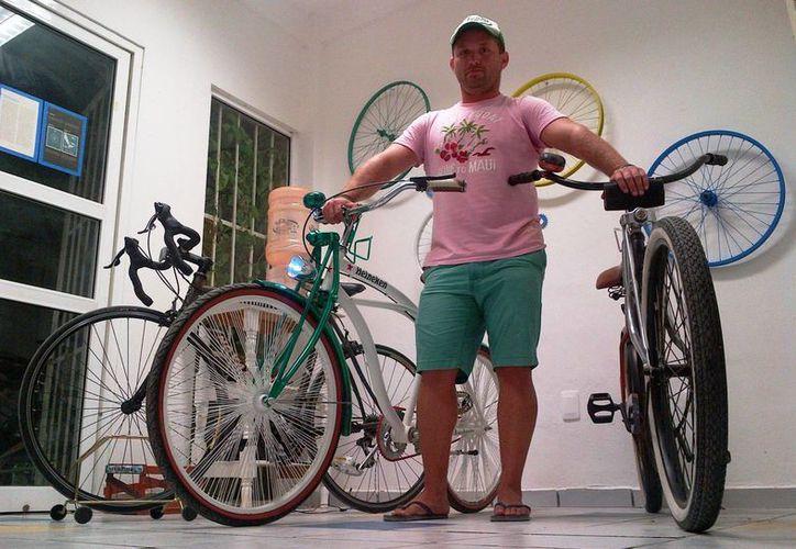 Iván Orozco Pérez, titular de la Embajada Mexicana de la Bicicleta en Playa del Carmen, dio los pormenores de la travesía.  (Daniel Pacheco/SIPSE)