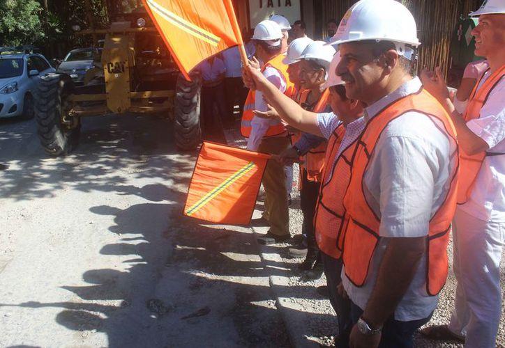 Banderazo al inicio de obras en carreteras del municipio. (Sara Cauich/SIPSE)