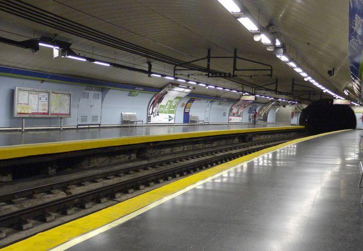 El Metro de Madrid fue escenario de la hazaña de un policía que salvó a una mujer de morir aplastada por el tren. (wikipedia)