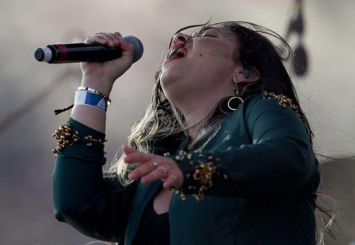 Carla Morrison canta en la 17ta edición del festival Vive Latino en la Ciudad de México. (AP/Eduardo Verdugo)