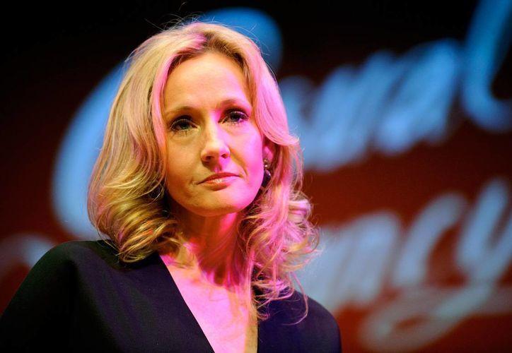 J K Rowling tuvo éxito ya con el público infantil a través de la saga de Harry Potter, pero no conforme con ello adaptó con éxito The casual vacancy, novela oara adultos, para la televisión.  (parade.com)