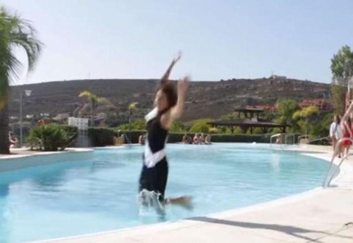 Pilar Magro intentó dar un giro en una sesión de fotos que se hacía cerca de una piscina y terminó en el agua. (Captura YouTube).