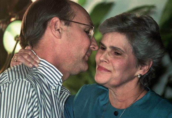En foto del 7 de septiembre de 1995, el ministro Antonio Lacayo besa a la presidenta nicaragüense Violeta Chamorro, su suegra, en una ceremonia en Managua. Lacayo se encuentra desaparecido luego de que un helicóptero en el que viajaba junto a tres personas más se accidentó el martes 17 de noviembre de 2015 en la zona sur del país. (Foto Archivo AP/Anita Baca)
