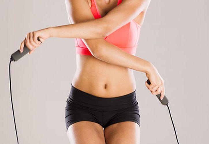 Saltar la cuerda es un excelente ejercicio para fortificar las articulaciones y endurecer los huesos. (Medioconecta)