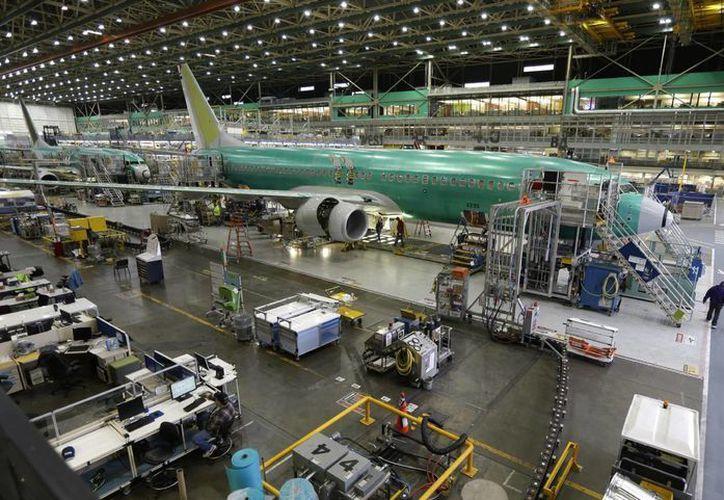 Aviones 737-800 son ensamblados en la planta de Boeing en Renton, Washington, EU. Según Boeing, el auge en la compra de aeronaves ha sido estimulado por crédito barato (Agencias)