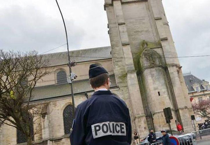 Imagen de la policía francesa cerca de la Iglesia Villejuif donde el supuesto terrorista planeaba un atentado. (Archivo/AP)