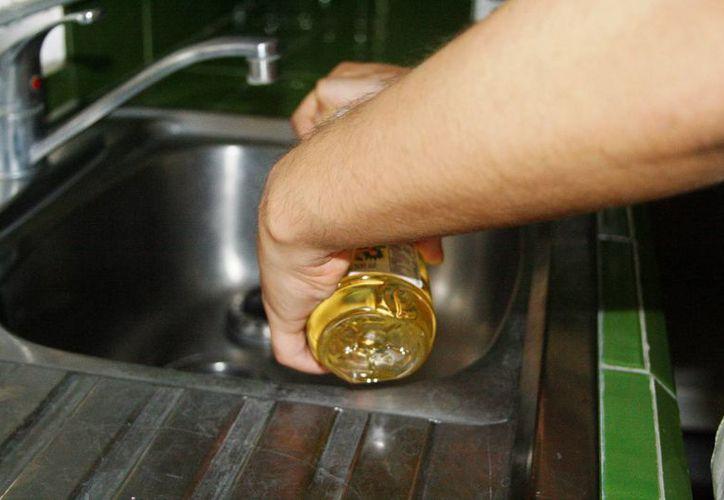 Uno de los errores más comunes entre los empleados es que vacían químicos en envases de productos comestibles. (Octavio Martínez/SIPSE)