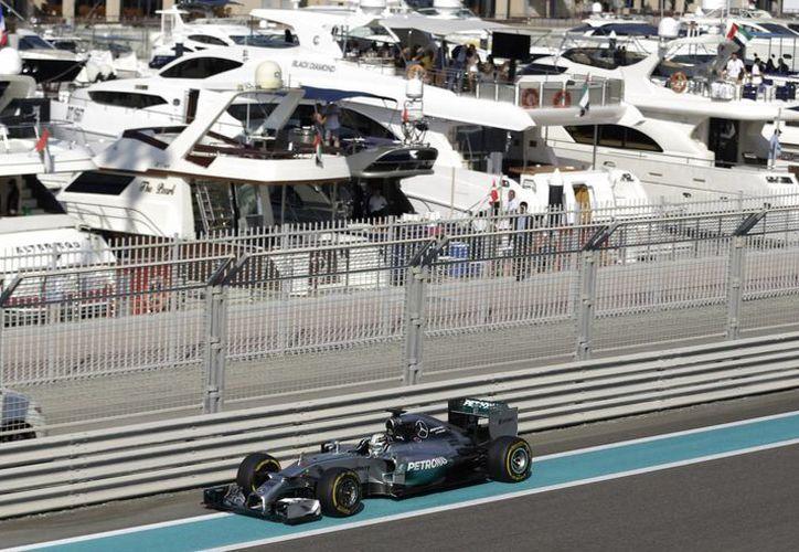 Lewis Hamilton durante el entrenamiento en Abu Dabi.  El único que todavía le puede arrebatar el título de campeón del mundo es su coequipero Nico Rosberg. (Foto: AP)