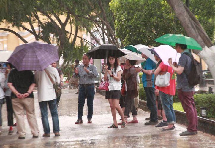 Apenas perceptible una llovizna cayó ayer en algunas zonas de la ciudad, como el Centro Histórico. Para hoy se pronostica un calor de incluso 40 grados. (Jorge Acosta/Milenio Novedades)