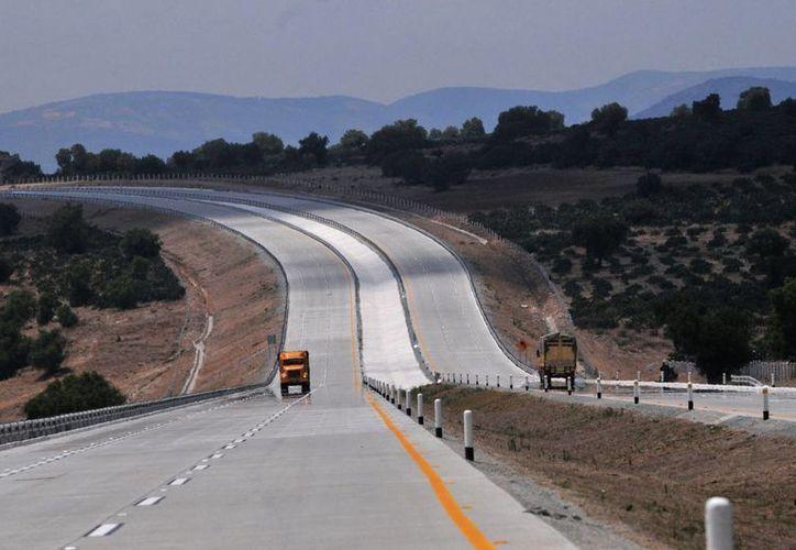 Concretos y Obra Civil del Pacífico, filial de Banobras, obtuvo el contrato para ampliar a cuatro carriles un tramo de la autopista Guadalajara-Colima. (EFE/Archivo)