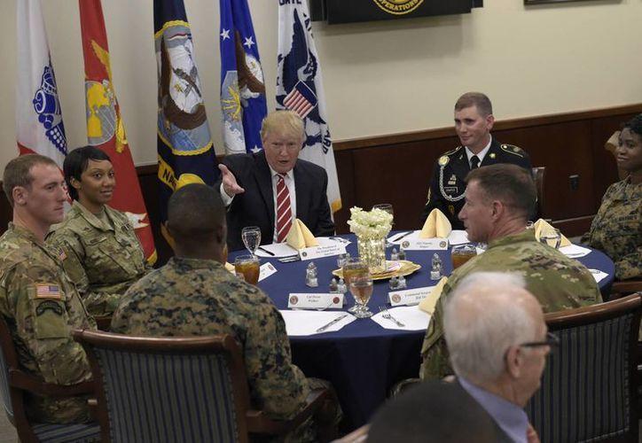 El presidente Donald Trump convivió con militares de las Fuerzas Armadas de Estados Unidos, el lunes 6 de febrero de 2016, en la Base Macdill de la Fuerza Aérea, en Florida. (AP/Susan Walsh)