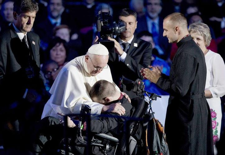 El Papa Francisco abraza a un joven en silla de ruedas durante un acto del Encuentro Mundial de Familias en el Benjamin Franklin Parkway de Filadelfia. (Foto AP/Alessandra Tarantino)