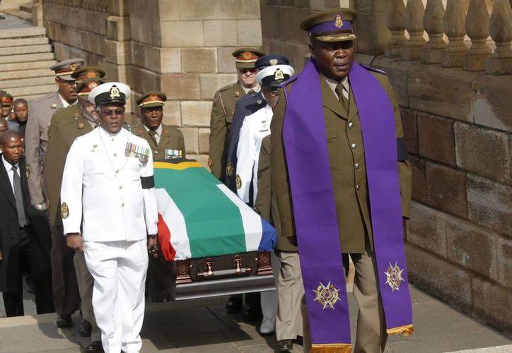El ataúd con los restos mortales del expresidente sudafricano Nelson Mandela llega al edificio Union Buildings de Pretoria, sede del Gobierno. (EFE)