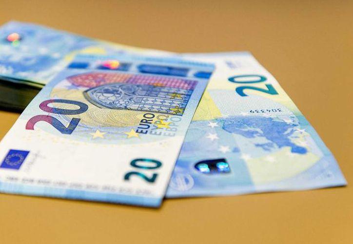 Vista de los nuevos billetes de 20 euros en el Dutch Bank de Amsterdam, Holanda, los cuales comenzarán a circular este miércoles. (EFE)