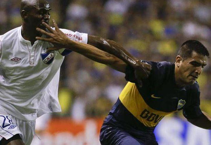 Efraín Cortés (i) durante un duelo del Nacional de Uruguay contra el Boca Juniors de Argentina. (foxsportsla.com/Archivo)